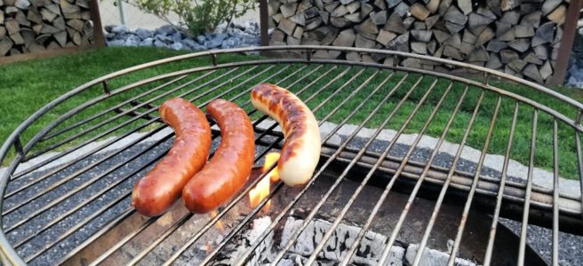 Gartentag Feuerschale Bratwurst